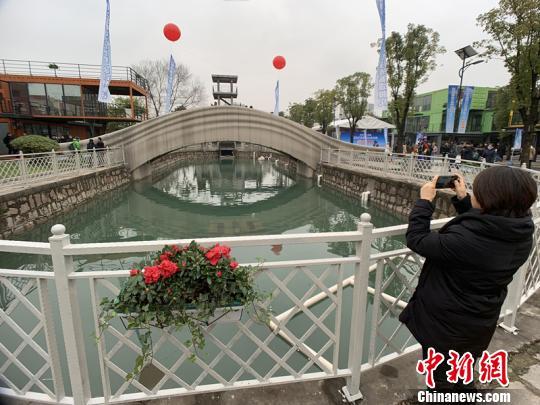 该桥位于上海智慧湾科创园。 康玉湛 摄