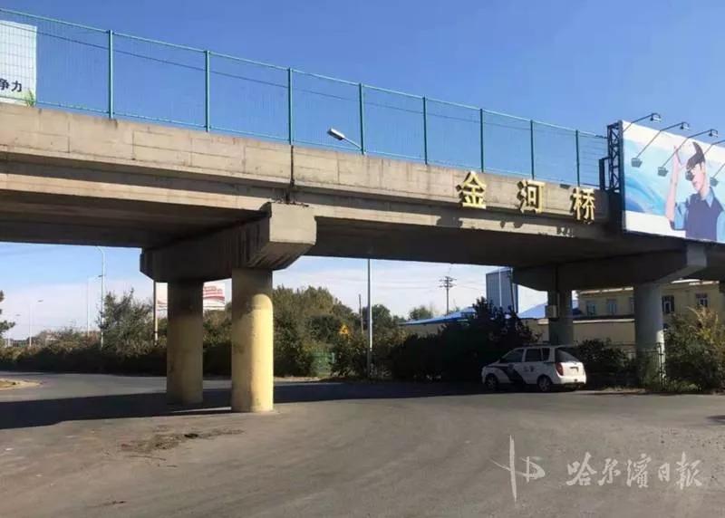 不是飞低了,是超高了…哈尔滨一飞机卡进高速桥下,所幸损失不大
