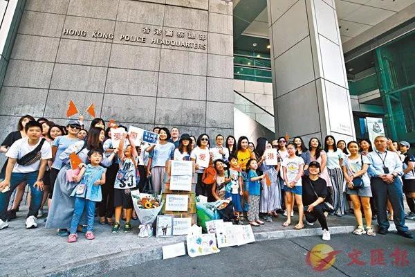 约30多名香港爱国爱港市民身穿蓝衣,到金紫荆广场参加升旗仪式