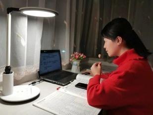 """开学第一天,中国多了60万老师""""主播"""""""