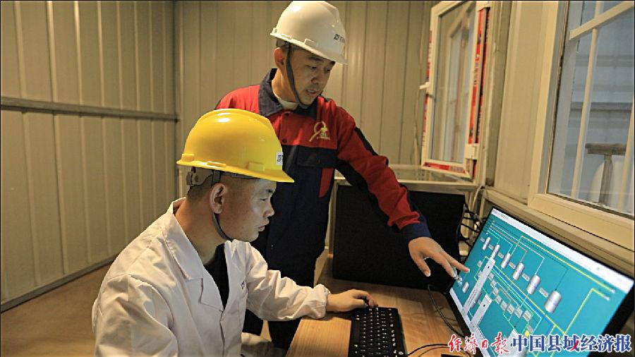 郝海刚博士(右一)指导工作人员进行设备运行调试