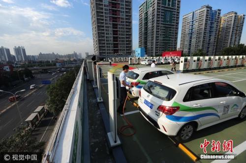 资料图:新能源汽车充电站。图片来源:视觉中国